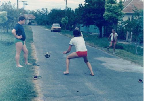 fiatalok fociznak
